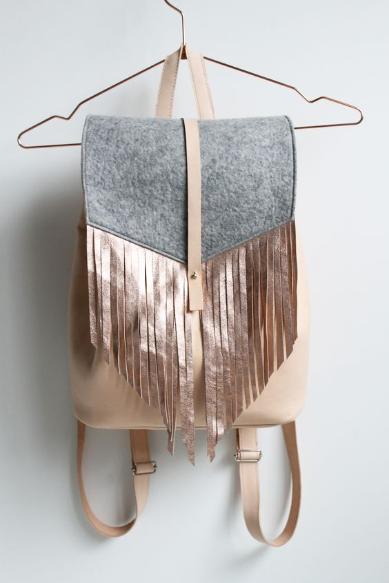 PASSAGIER backpack is about flexibility and freedom of choice while traveling. Match the look of your backpack to your outfit, every day! Get started and choose your entry style with your preferred flap. There are two price option for the vegetabil tanned leather: Passagier metallic fringes or studs flap Passagier solid, melange or pattern flap [...]