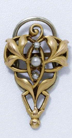 Turning to scarf chiseled gilt metal foliage, accented with beads fantasy. Work of the early twentieth century.