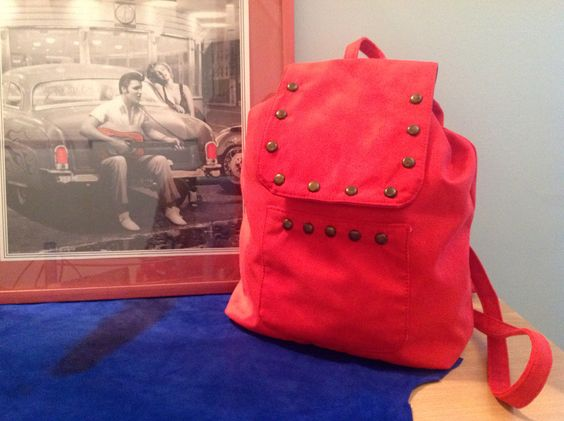 Mochila símil gamuza roja con tachas
