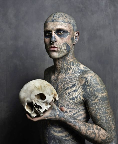* Zombie Boy (mannequin canadien Rick Genest)  tatouage, réalisé par Frank Lewis  - photo Joey Lawrence, 2013: