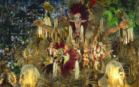 Carro da Beija-Flor tem escultura com braços abertos