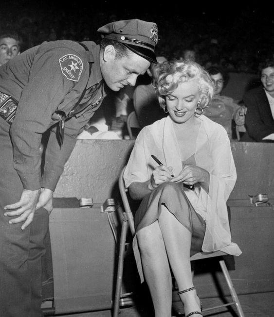 """Image - 1952 / 17 Mars, Marilyn assiste à un match de base-ball au """"Gilmore Stadium"""" opposant l'équipe des """"ALL STARS"""" contre les """"HOLLYWOOD STARS"""" au bénéfice du """"Kiwanis Club For Children"""" et de ce fait verra pour la première fois Joe DiMAGGIO jouer ; elle porte pour l'occasion une des robes du film """"Niagara"""". - Wonderful-Marilyn-MONROE - Skyrock.com"""