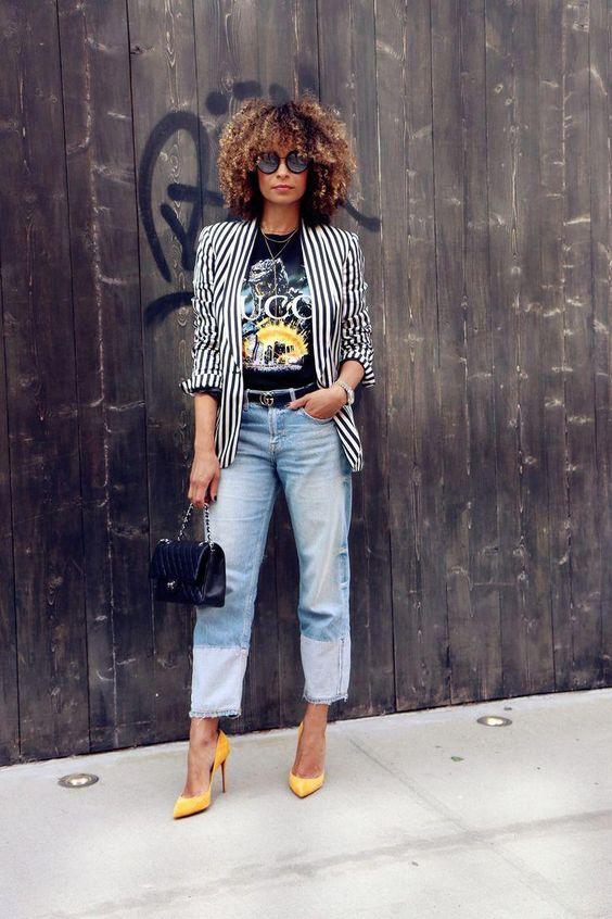 Look com blazer listrado - look com t-shirt estampada - look com calça jeans reta - look com scarpin - look com cinto - look com bolsa - look cool - look estiloso - look fashion - blazer listrado em p&b - t-shirt preta - calça jeans de lavagem clara - bolsa preta - cinto preto - scarpin amarelo