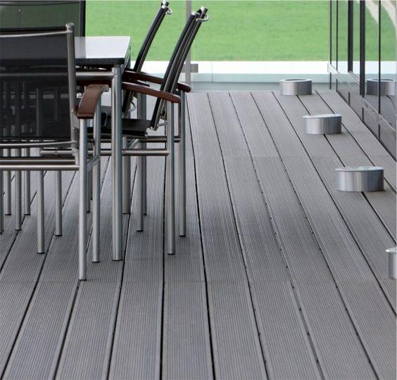 terrasse en bois composite gris avec spots LED et mobilier en métal