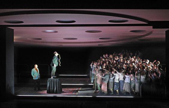 Moses und Aron (Arnold Schoenberg), dirigida por Barrie Kosky, Set y Iluminación: Trajes de Klaus Grünberg: Klaus Bruns, Komische Oper de Berlín de 2015