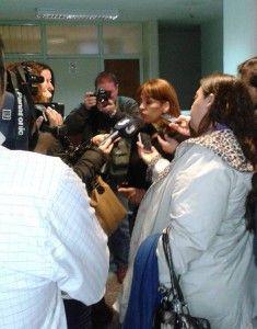 La abogada Veronica Heredia respondiendo las consultas de la prensa. FOTO: Comisión contra la impunidad Chubut
