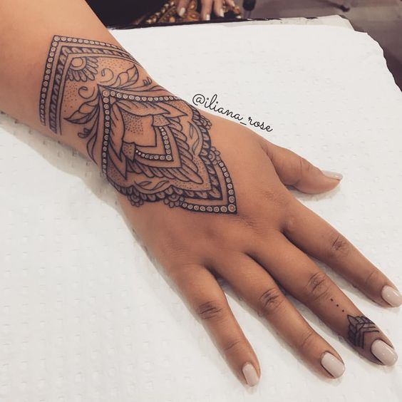 Another look at this henna inspired cuff tattoo 👀 @kailuastudio