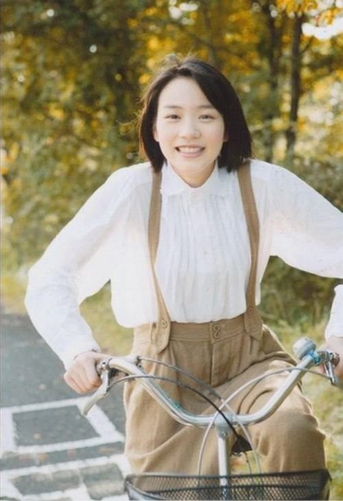 自転車に乗り笑顔な能年玲奈