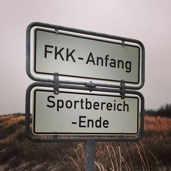 Die alte Frage, wo FKK anfängt und wo Sport aufhört - an der Ostsee wird sie per Schild geklärt.