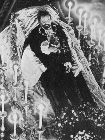 Post-mortem photograph. King Ludwig II lying in state in the Hofkapelle (Court Chapel)   of the Munich Residenz (photograph).