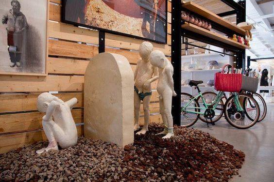אופניים וילדים משתינים בבית בנמל (האנגר 26, תל אביב)