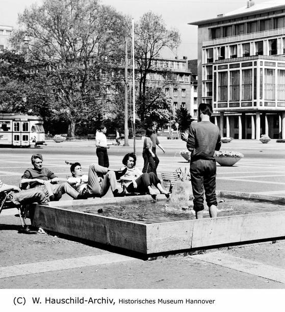 Hannover Das Jahr 1968 Jugendliche Haben Es Sich Am Brunnen Auf