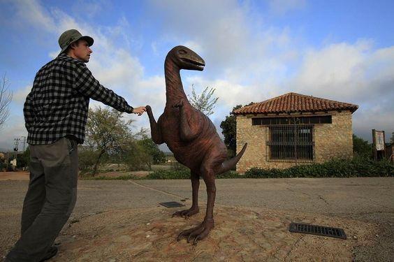 monumento junto a las huellas de dinosaurio de santisteban del puerto