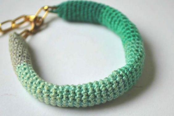 Dieses Armband ist super für Anfänger geeignet und ist auch in etwa 2- 3 Stunden fix und fertig. Ihr braucht: • Stickgarn in 6 Farben • Kettenglieder • Kettenverschluss • Häkelnadel 1.5 Beginnt mit einem Magic Ring, bestehend aus 10...