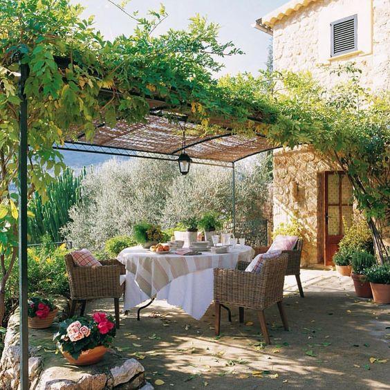 Uma pausa para esse cantinho charmoso com ares tão provençal...  É o desejo do dia!  {A pic só podia ser via @recebercomcharme} #olioliteam #provence #provencal #desejododia