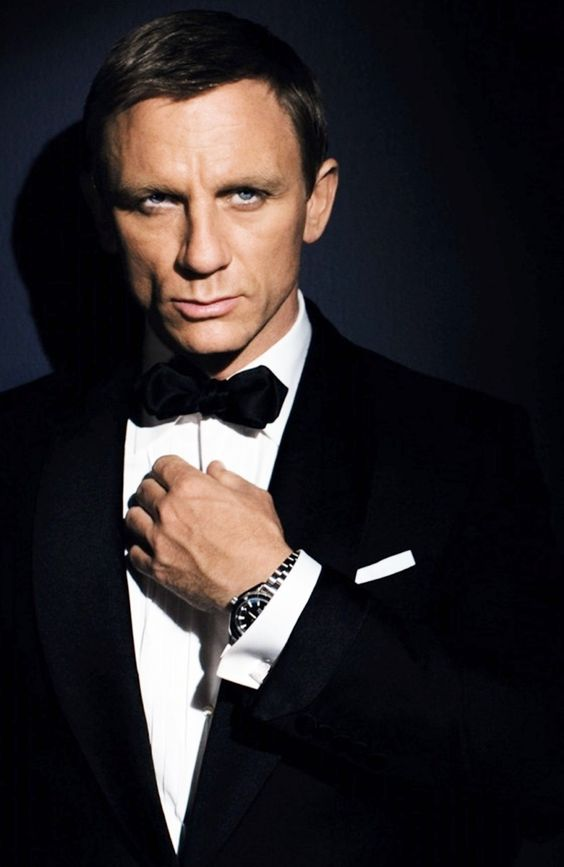 Daniel Craig.....so handsome it hurts to look WylE looks ...