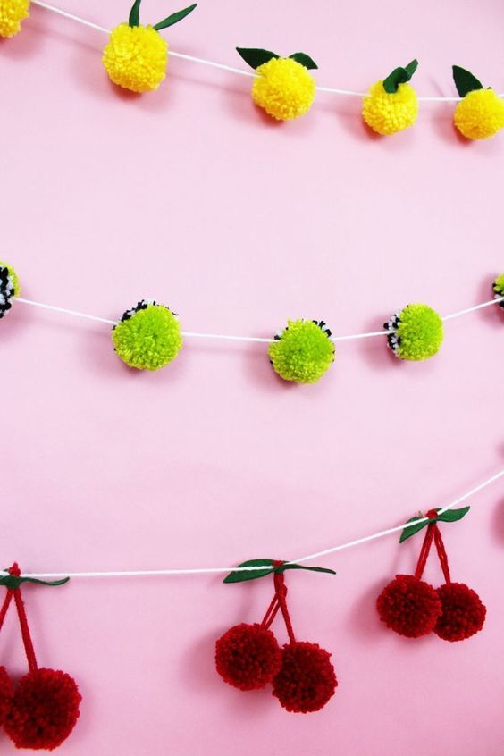 Diese Pompom Girlanden müsst ihr gesehen haben | Ziemlich geniale Idee | DIY Pompoms | Party Deko | Whether you're feeling sour or sweet this adorable DIY pom pom garland are the perfect craft. A Subtle Revelry #pompom #garland #diy #crafts #fruit #lemons #yarn