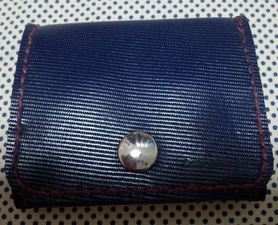 青い型押しの牛革で作りましたボックスタイプで、中身が確認しやすいタイプですステッチにはエンジ色の糸を使いました私も長年使用していますサイズ 横8cm    縦...|ハンドメイド、手作り、手仕事品の通販・販売・購入ならCreema。