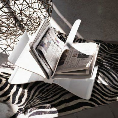 """Vom Winde verweht sind die Seiten des innovativen Zeitungsständers """"Front Page"""" von Kartell. Füllen Sie ihn selbst mit Inhalten Ihrer Wahl.Die geschwungene Form verhindert, dass Ihren Zeitungen, Zeitschriften und Büchern ein ähnliches Schicksal widerfährt wie """"Front Page"""" selbst. Ein humorvolles Objekt für Leser und Sammler vom weiblichen Designer-Quartett """"Front Design"""", das bekannt dafür ist, mit Konventionen zu brechen und Kompromissen aus dem We…"""