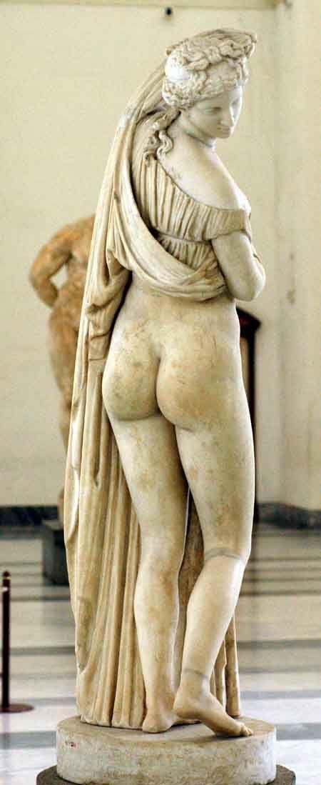Venus mira hacia atrás para ver su reflejo en un estanque .... Museo Nacional, excavaciones de Herculano y Pompeya, colección Farnese de Roma.