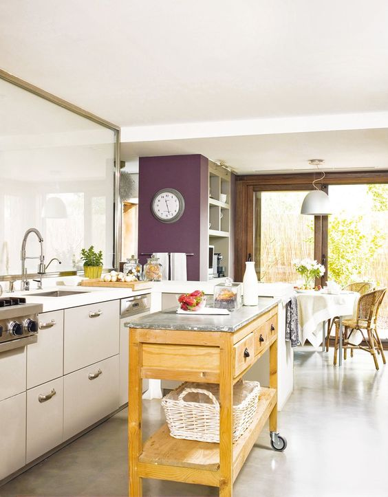 Una peque a isla m vil en la cocina sirve como isla de - Mesa de trabajo cocina ...