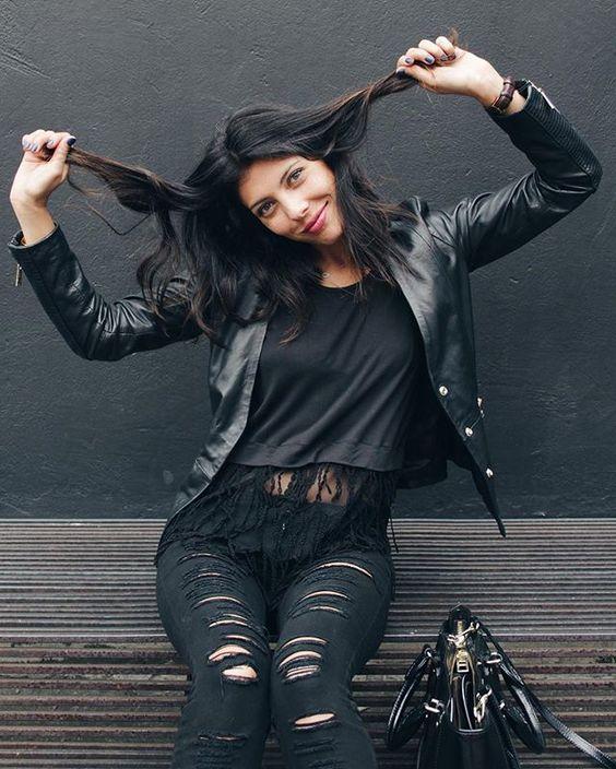 #RevelaLoQueEres Si te gusta el negro, póntelo de mil formas. Si lo tuyo son los colores, úsalos todos. Se trata de sentirte feliz como eres #anaonthego @modaexito #hagoloquemegusta  Ph: @jorgescobarph