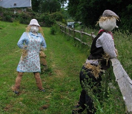 scarecrows in the garden | Farm couple scarecrows | Garden Junk Projects  I am crazy about this couple!!!