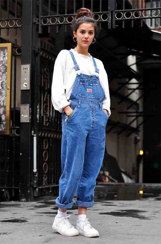 Street style look macacão jeans.