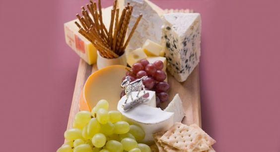 Chèvre, brebis, pâte molle, brie, camembert.. pas toujours facile d'accorder et ensuite de présenter un beau plateau de fromages.    http://www.prima.fr/cuisine/fromages-comment-les-choisir-et-les-presenter/79534/