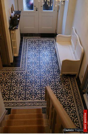 Mooi mozaiek patroon met gewone tegels gelegd