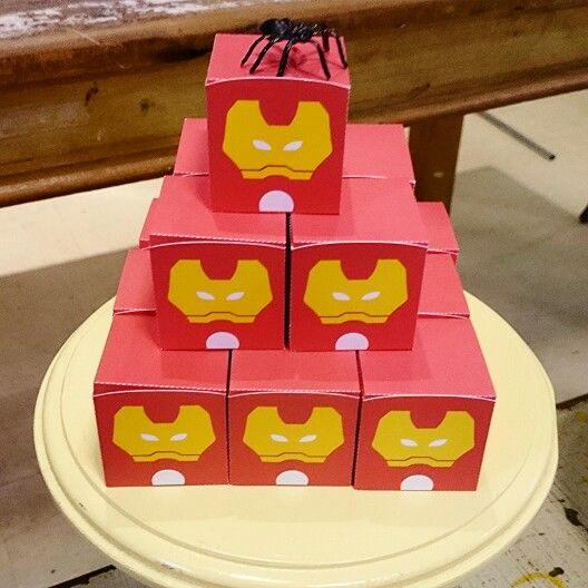 O que será que tinha dentro dessa caixa do #homemdeferro?  Guloseimas... Guloseimas!!  Festa realizada no #buffetMiniland #MinilandBuffet  Miniland Buffet Infantil em São Paulo, SP