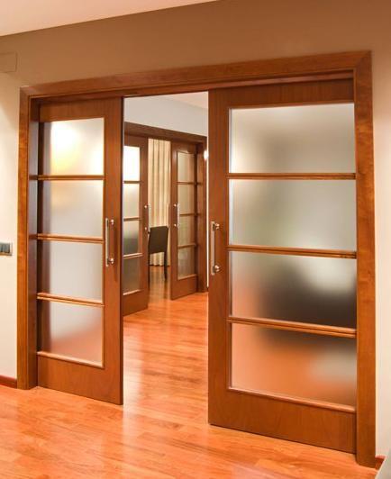 puerta de madera y cristal traslcido