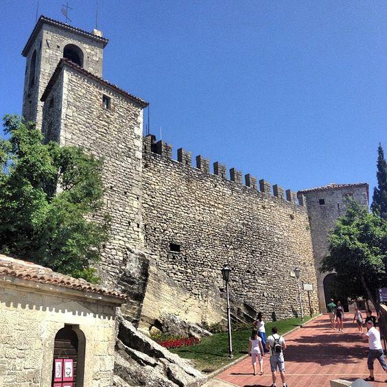 O dia não podia estar mais lindo em San Marino. 50 minutos de ônibus de Rimini, 9 euros ida e volta! Vale muito a pena! - Instagram by @Aprendiz de Viajante