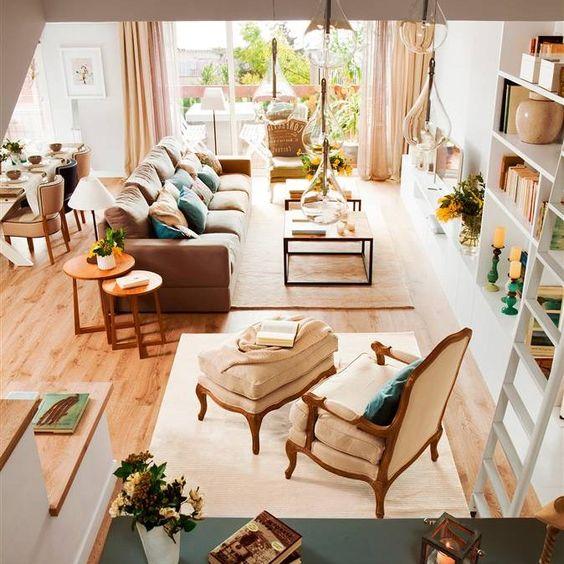 Sal n con zona de lectura l mpara de techo cristal mesas for Decoracion pisos acogedores