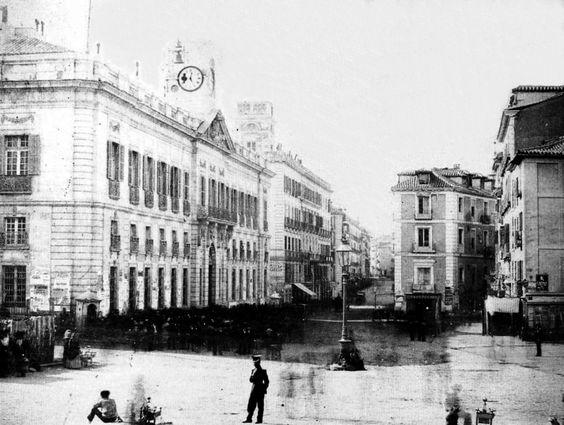 Puerta del Sol anterior a la reforma de 1857. En la actual Sede de la Comunidad de Madrid destaca el reloj de la derribada Iglesia del Buen ...