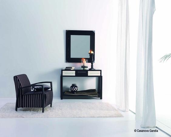 Espejo con detalle de puntas metálicas y consola fabricada en madera de fresno con toque en cajones en blanco