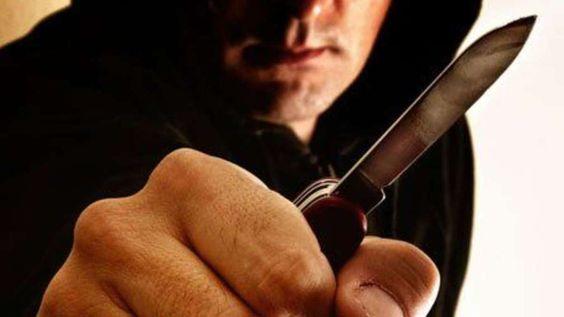 """Bad Homburg - Weil er sich nicht vordrängeln sollte, zückt heute Nachmittag ein 25-jähriger Asylbewerber plötzlich ein Messer. Der Mann hatte zuvor in der Warteschlange zur Ausgabe des""""Asylbewerbergeldes"""" gestanden."""