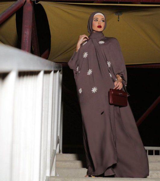Abaya Moderne 2019 Comment Vous Habillez Vous Et Quand Portez Vous L Rsquo Abaya Hijab Mauve Fonce Avec Abaya Abaya Moderne Abaya Mode Abayas