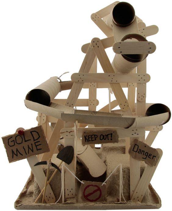 Un toboggan a billes a base de rouleaux d'essuie-tout et de papier-toilette.