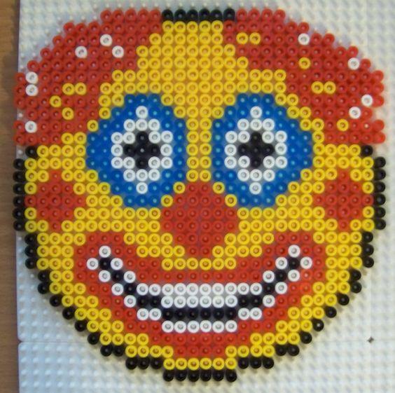 Perles hama smileys sur plaque carr e perles hama - Smiley perle a repasser ...