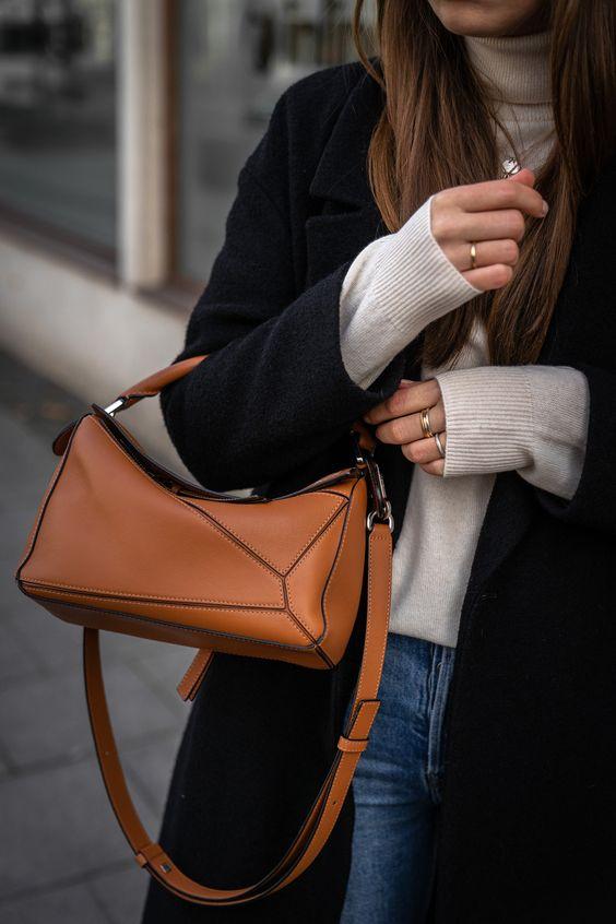 Minimalistisches Winteroutfit mit Wollmantel, Jeans und Loewe Puzzle Bag