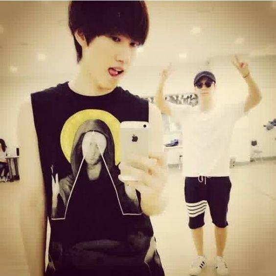 Eunhyuk selca with Donghae.