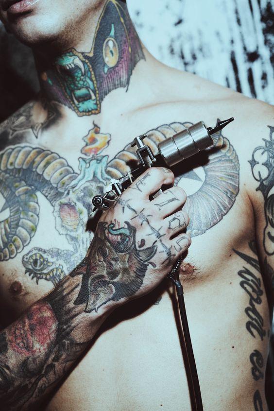 Color me, Kim ! #tattoo #tattooedition #issue54 #vangardist #magazine #progressive #men #women #photography #fashion #editorial #boy #tattoed
