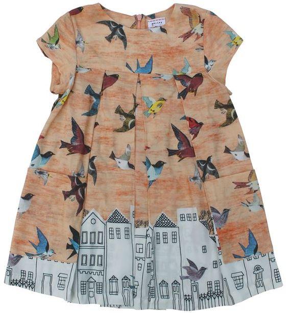 Morley - perzikroze jurk vogels huisjes - Lieve jurk in een mooi en warm perzikroze met print van vogels en huisjes. Korte kaprmouwtjes en wijdvallend model. Blinde rits op de rug. Twee opgestikte zakken vooraan. Samenstelling: 100% viscose.