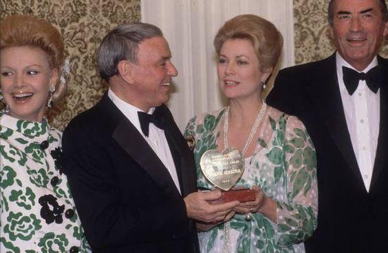 La princesa Gracia con el matrimonio Sinatra y Gregory Peck