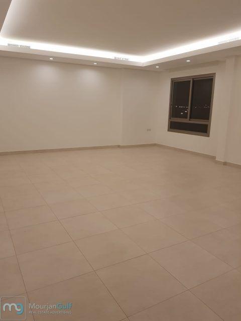 شقق للإيجار في السلام بناية جديدة تشطيب سوبر ديلوكس الدور يتكون من 4 غرف نوم منهم 2 غرفة ماستر صالة مطبخ مجهز وغرفة خادمة وغرفة غسيل مصعد و Flooring Tile Floor