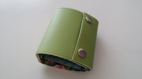 Recyclé - Porte-cartes en linoleum rigide recyclé couleur vert : Etuis, mini sacs par lileocraies