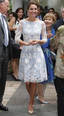 Herzogin Kate im hellblauen Spitzenkleid.
