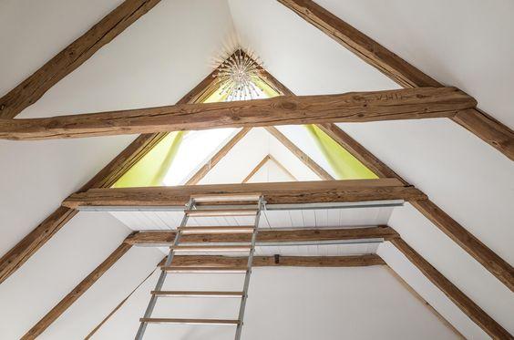 ausguck, vogelkoje, dachboden, schlafzimmer, spitzboden, holzboden, weiss, bett, balken, koje, modern, hideaway, lichtspiel, licht, rundfenster, vorhang, kinderzimmer, spielzimmer, prinzessin, leiter, vorhang, matratze, lounge, liege, dachzimmer. www.welle8.com #schlafzimmer #bett #balken