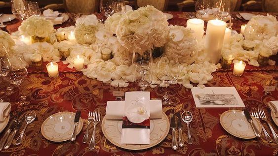 arranjos baixos e muitas pétalas de flores | mesa coletiva| casamentos